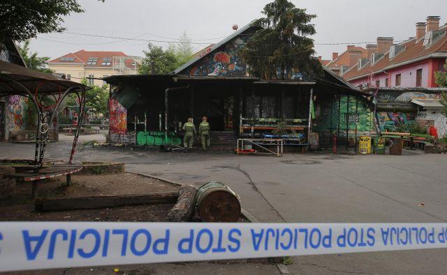 Ponoči je zgorel klub Jalla Jalla na Metelkovi. Foto Jože Suhadolnik