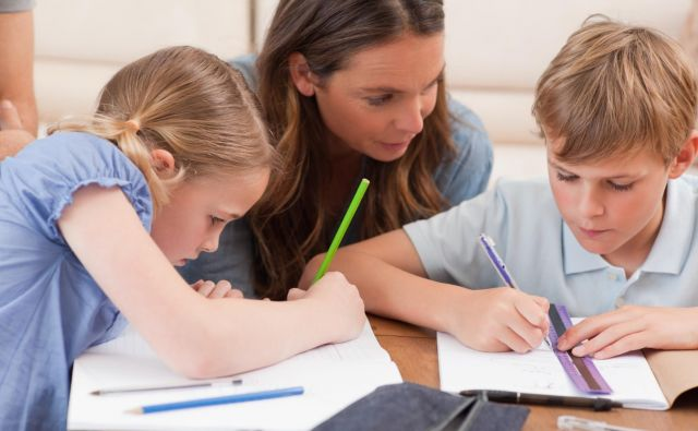 Otroci se v osnovni šoli navadijo učenja s starši, torej z nekom ob sebi. FOTO: Shutterstock
