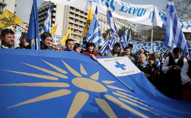 Protestniki v Atenah, ki nasprotujejo imenu Makedonija za Makedonijo. FOTO: Reuters