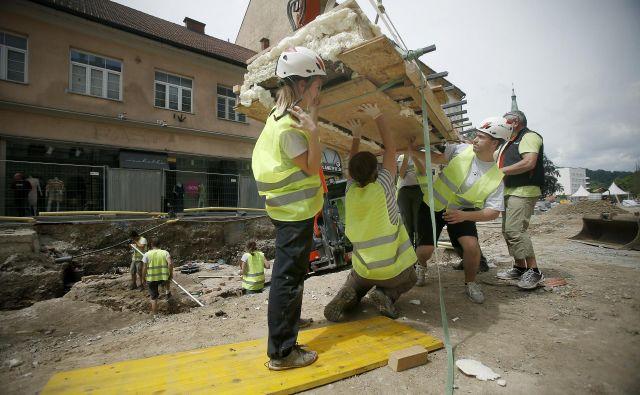 Dviganje mozaika, odkritega med arheolološkimi izkopavanji na Gosposvetski cesti v Ljubljani. FOTO: Blaž Samec