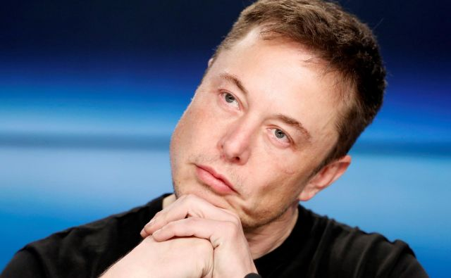 FILE PHOTO: Elon Musk listens at a press conference following the first launch of a SpaceX Falcon Heavy rocket at the Kennedy Space Center in Cape Canaveral, Florida, U.S., February 6, 2018. REUTERS/Joe Skipper/File Photo Foto Joe Skipper Reuters