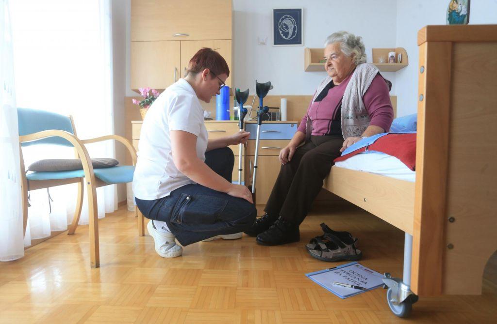 Plača za delo medicinske sestre 620 evrov, za brezposelnost več