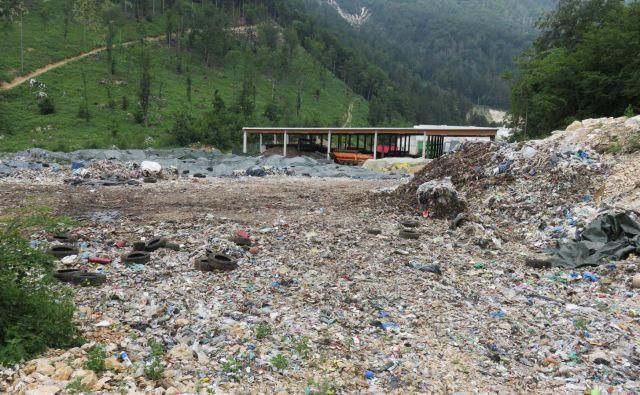 Kup smrdljivih odpadkov na Mali Mežakli se počasi le manjša. Foto Blaž Račič/Delo