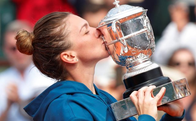 Simona Halep je prvič poljubila zmagovalni pokal na turnirjih velike četverice. Foto Charles Platiau/Reuters