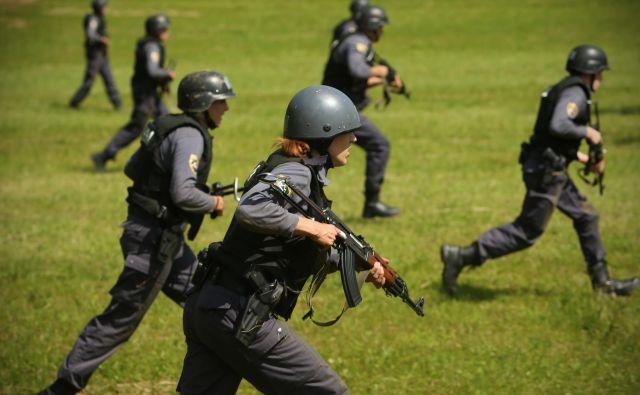 Znanje o taktičnem ali operativnem gibanju z dolgo- in kratkocevnim orožjem je za policiste nujno.<br /> FOTO: Jure Eržen