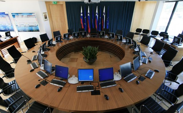 Sejna dvorana vlade bo še nekaj časa čakala novo ministrsko ekipo, saj bodo pogovori o vladni koaliciji dolgotrajni. FOTO: Uroš Hočevar