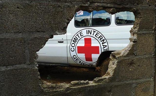 Kdo vse zaradi posledic neurja potrebuje pomoč, prostovoljci in sodelavci območnih združenj Rdečega križa Slovenije na prizadetih območjih že ugotavljajo skupaj s komisijami za ocenjevanje škode. FOTO: Icrc