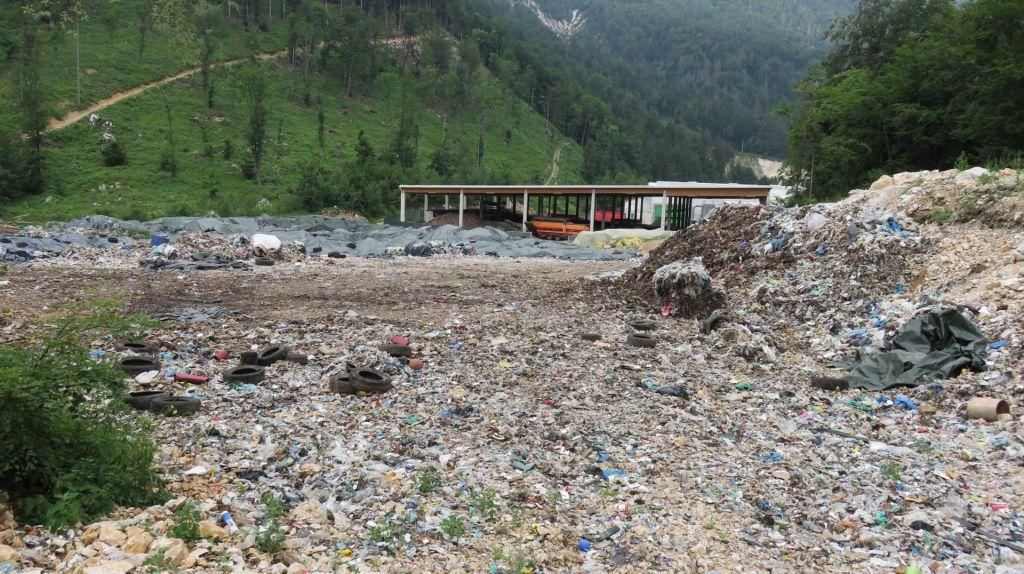Da odpadkov niso odpeljali, zdaj kriva cesta
