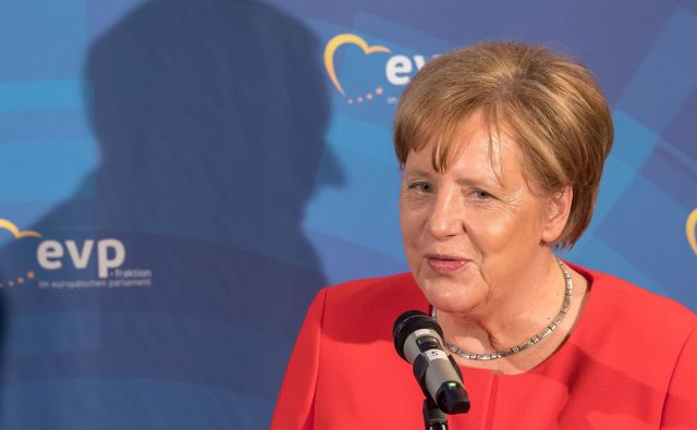 Angela Merkel: »Ne bomo se pustili opehariti. Tudi mi bomo ukrepali.« FOTO: AFP