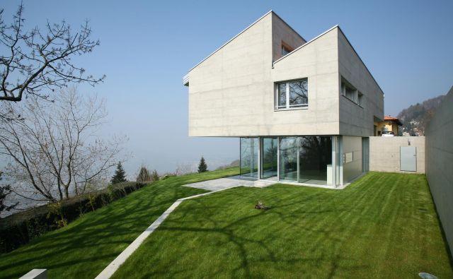 Na fotografiji zanimiva izvedba strehe, ki spominja na stare industrijske hale, pri pasivni stanovanjski hiši v Švici.