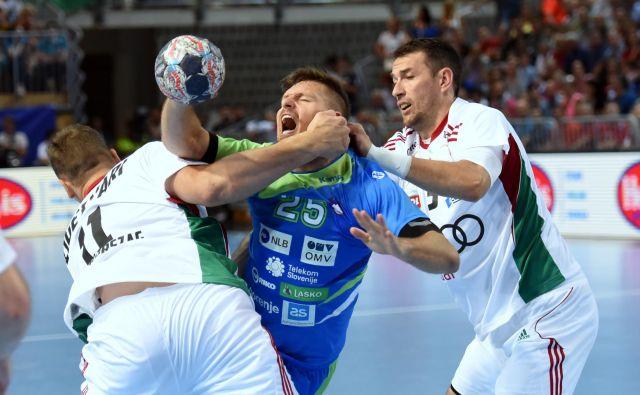 Slovenci niso bili pripravljeni na pretepaški rokomet Madžarov, tudi Marko Bezjak je po udarcu v obraz obležal na tleh.
