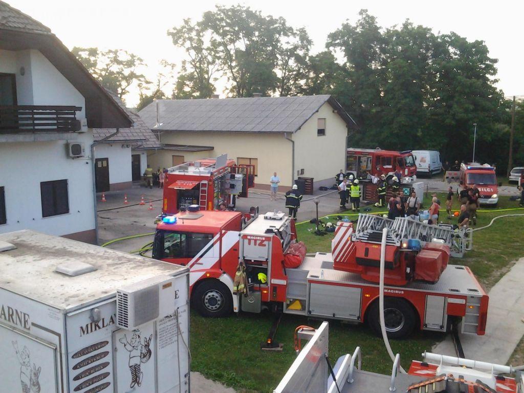 FOTO:Požar v Miklavških pekarnah zaradi vžiga peči, štirje v bolnišnici (FOTO)