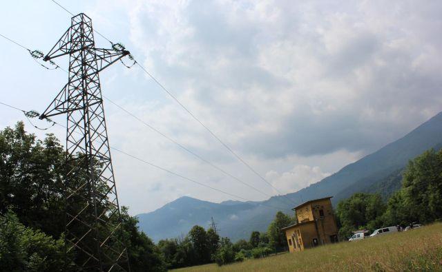 Večina opreme kobariške razdelilne transformatorske postaje je starejša od 40 let. FOTO: Blaž Močnik