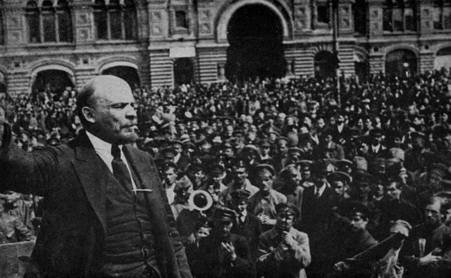 Lenin leta 1919 nagovarja množico. FOTO: Fotodokumentacija Dela