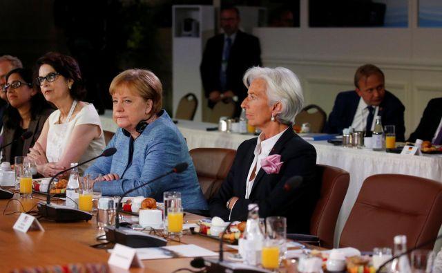 Christine Lagarde (spredaj) in Angela Merkel. FOTO: Leah Millis/Reuters