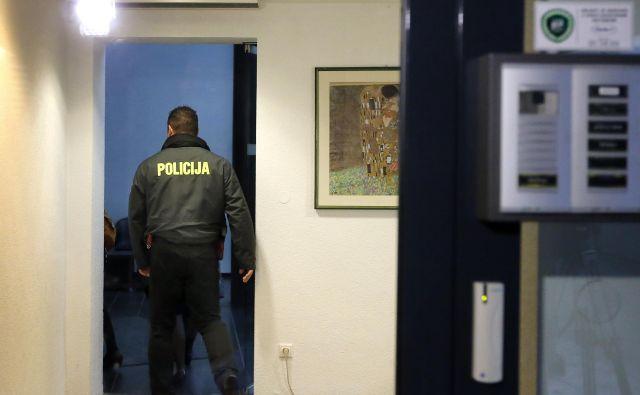 Več kot sto ljubljanskih kriminalistov je včeraj izvedlo okoli 20 hišnih in osebnih preiskav na bankah. FOTO: Aleš Černivec/Delo