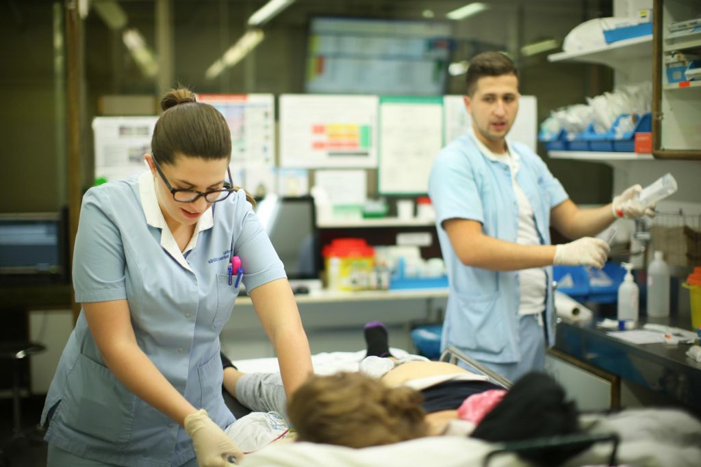 Medicinska sestra dobi 620 evrov, brezposelni več