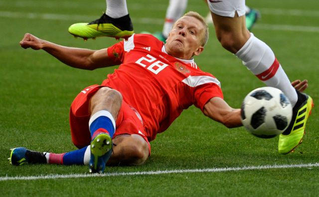 Povsem mogoče je, da bo Rusija (na fotografiji Igor Smolnikov) največji pečat doma pustila prvi dan, ko bo s tekmo proti Saudski Arabiji na štadionu Lužniki odprla SP. Foto AFP
