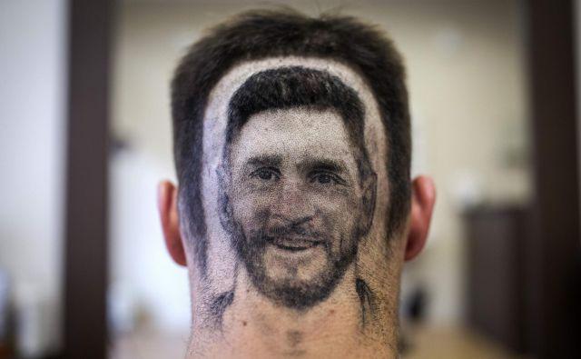 Pred začetkom svetovnega prvenstva se nekatere stranke frizerskega salona v Novem Sadu odločijo za posebne vrste lasne tattooje. FOTO: AFP