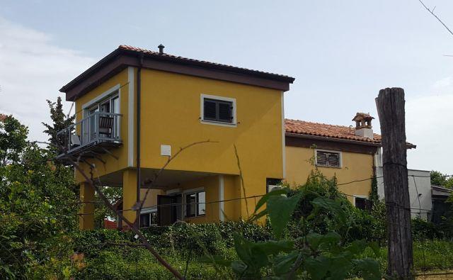 Piranska sodnica Tina Benčič je hišo v Vinjolah zgradila brez gradbenega dovoljenja in na zemljišču, ki je bilo v lasti piranske občine oziroma sklada kmetijskih zemljišč. FOTO: Boris Šuligoj