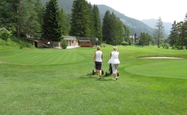 V Kranjski Gori golf igrajo člani, po širitivi ga bodo še turisti. Foto Blaž Račič/Delo