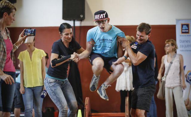 Miha je kar letel čez ovire, v enem od poskusov mu je pomagal tudi nekdanji telovadec Mitja Petkovšek.<br /> Foto Uroš Hočevar