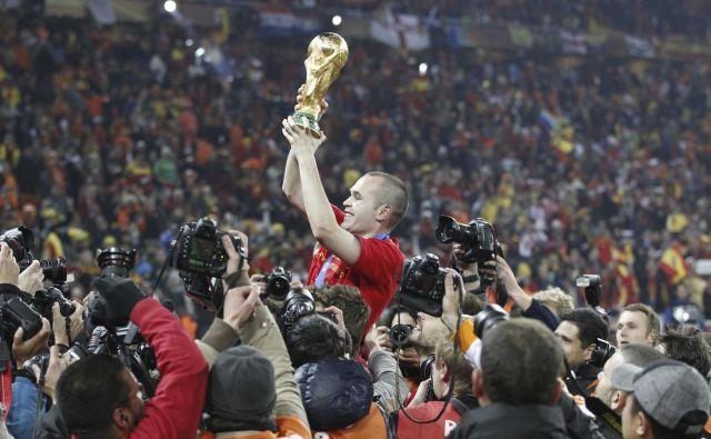 Andres Iniesta je leta 2010 ponosno v zrak dvignil lovoriko svetovnih prvakov. FOTO: Reuters