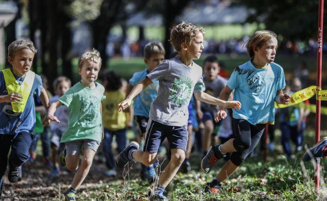 V korak s čezmerno težo gredo gibalne sposobnosti: kar desetina slovenskih otrok je gibalno slabo razvitih. FOTO: Uroš Hočevar/Delo