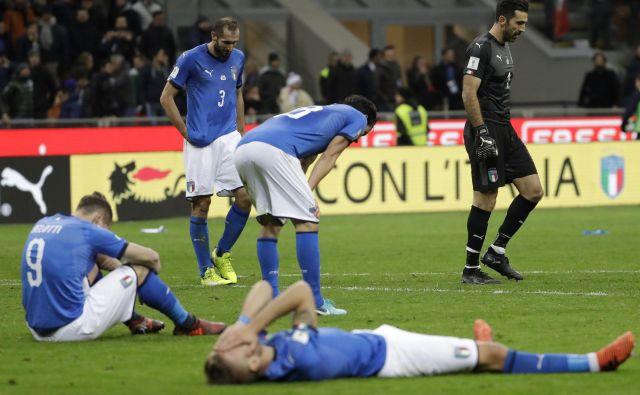 Mnogi bodo na SP pogrešali italijansko nogometno reprezentanco, ki je bila takole poklapana, ko je izgubila vozovnico za Rusijo. »Takšni fanatiki, tradicija in ljubezen do nogometa, njih pa ne bo zraven. Kolikor obžaluje vsak Italijan, toliko obžalujem tudi jaz, da jih ne bo,« je dejal namiznoteniški igralec Bojan Tokič. FOTO: AP