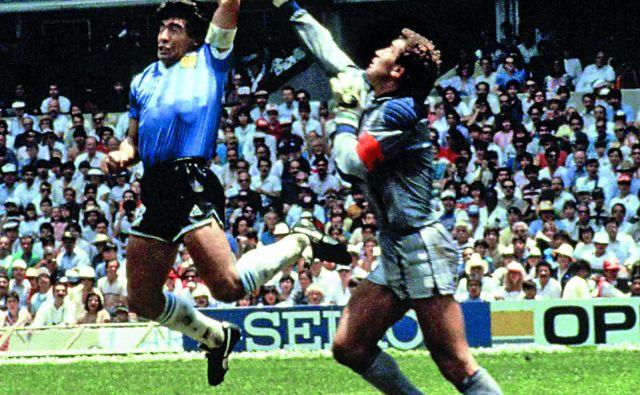 Diego Maradona je na SP 1986 v četrtfinalu preskočil angleškega vratarja Petra Shiltona, a žogo vendarle potisnil v mrežo z levo roko. FOTO: Dokumentacija Dela
