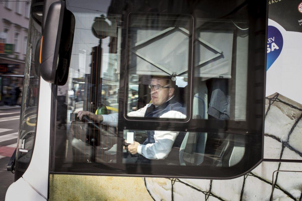 Ministrstvo zamuja, delodajalci ukrepali po svoje, kratko potegnili delavci