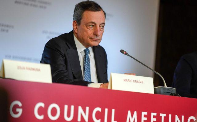 Predsednik ECB Mario Draghi napoveduje konec tiskanja denarja. FOTO: Ilmars Znotins/AFP