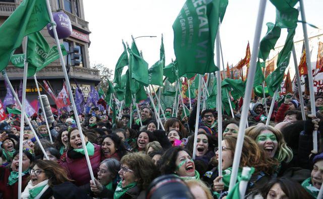 Ob objavi izida glasovanja so se mnogi nasprotniki objeli in zajokali, podporniki pa od veselja vzklikali. FOTO: AP/Jorge Saenz