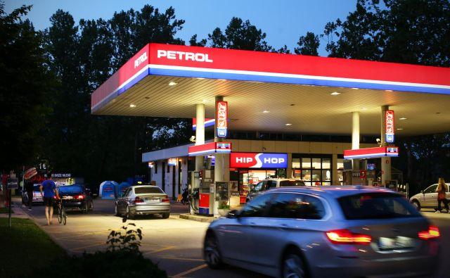 Na Petrolovih bencinski servisih bo po novem mogoče dvigovati in polagati gotovino. Foto Jure Eržen