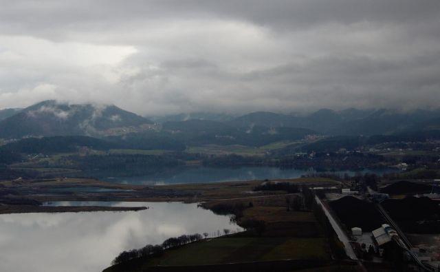 Šaleka dolina z jezeri, zgoraj Velenjsko jezero, pod njim pregrada nasipa.