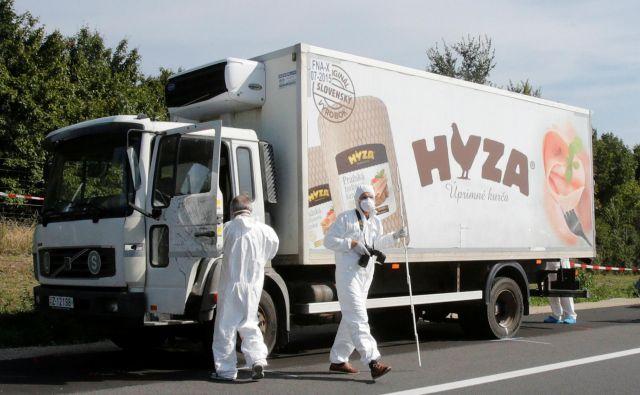 Tovornjak z mrtvimi migranti so policisti našli ob avtocesti v bližiini avstrijskega mesta Parndorf avgusta 2015. FOTO: Heinz-Peter Bader/Reuters