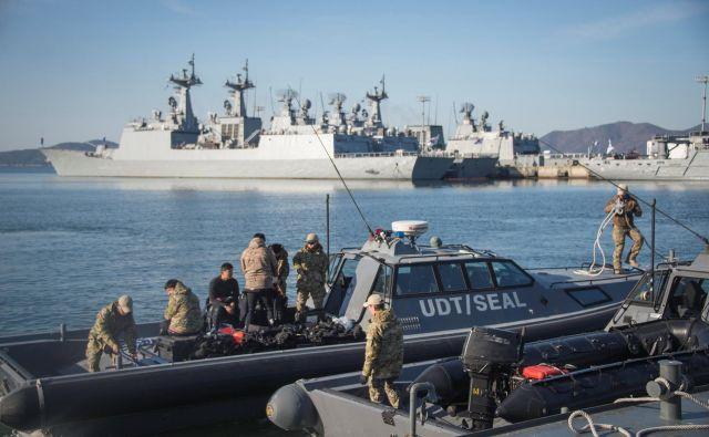 Pripadniki južnokorejskih posebnih mornariških enot med lansko vojaško vajo z ameriškimi kolegi FOTO: Reuters
