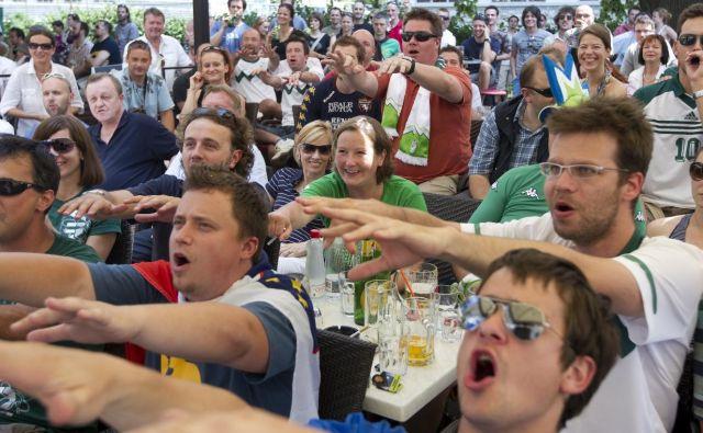 Takole so slovenski navijači v enem od ljubljanskih lokalov navijali za nogometno reprezentanco na SP leta 2010 v Južni Afriki. Letos bo evforija manjša, saj na mundialu ni slovenske vrste. FOTO: Voranc Vogel