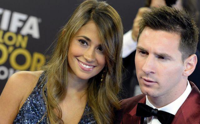 Antonella Roccuzzo in Lionel Messi sta se spoznala, ko sta štela 13 let in so zdravniki nogometnemu bogu v nastajanju že odkrili pomanjkanje rastnega hormona. FOTO: AP
