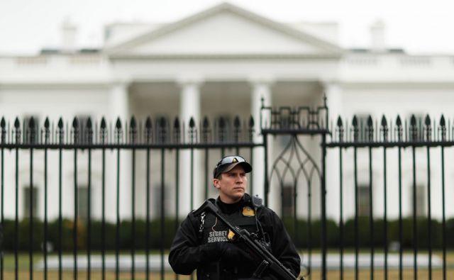 Zaposleni v Beli hiši ne vzdržijo kaosa, ali pa jih ujamejo pri izdajanju informacij medijem. FOTO: Reuters