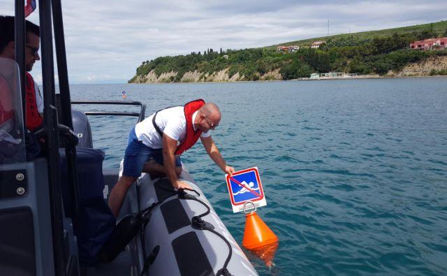 Označbe na morju pred naravnim kopališčem (Debeli rtič) urejata in nadzirata Robert Škrokov in Jure Tončič z URSP. FOTO: Boris Šuligoj/Delo