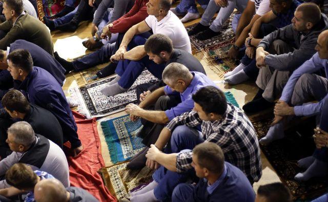 Osrednja molitev ob začetku bajrama, ki jo organizira Islamska skupnost v Sloveniji. FOTO: Matej Družnik