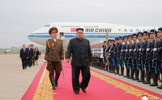 Po singapurskem srečanju s Trumpom je Kim Džong Un postal državnik, s katerim bi se vsi radi sestali. FOTO: Reuters