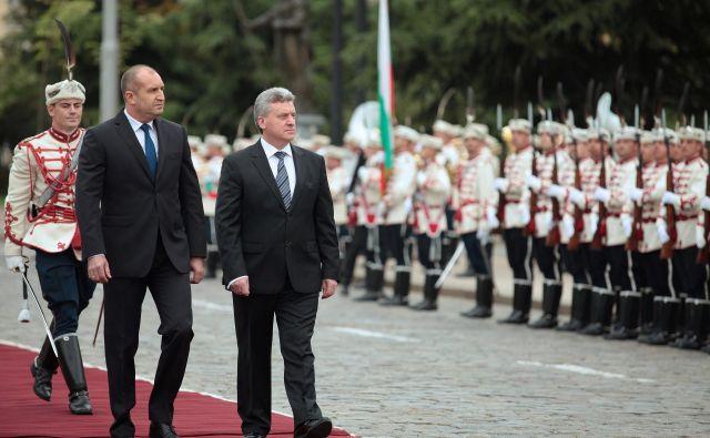 Bolgarski predsednik Rumen Radev (levo) med sprejemom makedonskega predsednika Gjorgeja Ivanova v Sofiji. FOTO: Reuters