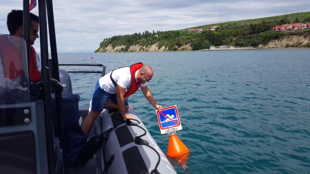 FOTO:Za varnejše poletje:Plovke na morju,opozorila pred nevihtami in valečimi se skalami