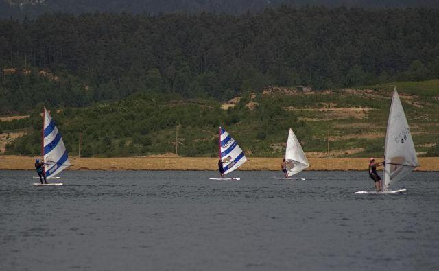 Jadranje na Velenjskem jezeru, zadaj nasip med Velenjskim jezerom in Šoštanjskim jezerom. Foto Brane Piano/DELO