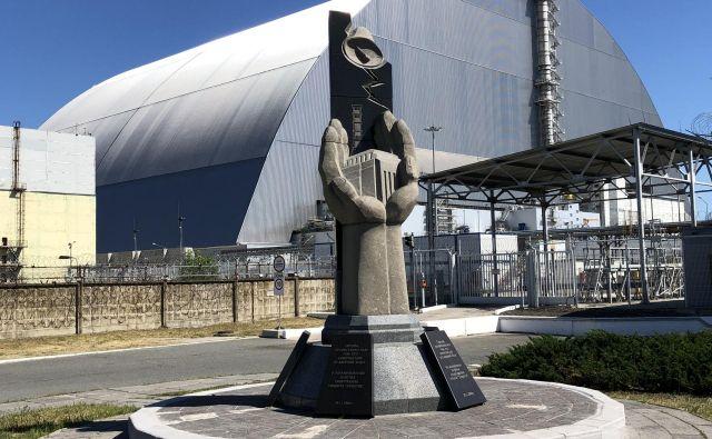Nesreča se je zgodila 26. aprila 1986 ob enih zjutraj, 23 minut in 58 sekund. Nad porušenim četrtim reaktorjem je zdaj 92-metrski jekleni sarkofag. FOTO: Aljaž Vrabec