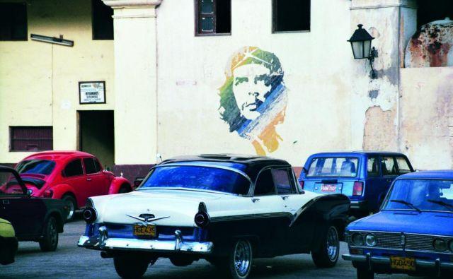 Revolucionarni Fidel Castro, ki je leta 1956 s svojim somišljenikom Che Guevaro in drugimi pripadniki pričel gverilsko vojno proti vladi generala Batiste, je kot predsednik kubanske vlade zaprisegel leta 1959 in uvedel komunistični režim. Foto Irena Matos
