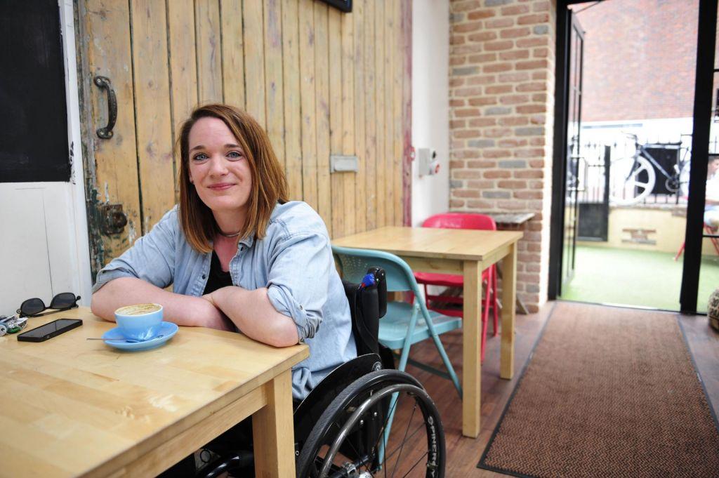Ali lahko aplikacije za usmerjanje do lokacij naredijo mesta prijazna uporabnikom invalidskih vozičkov?