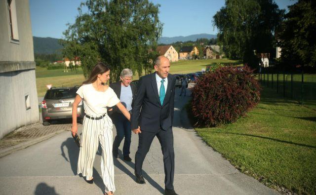 Janez Janša s soprogo Urško pred voliščem v Šentilju FOTO: Jure Eržen/Delo